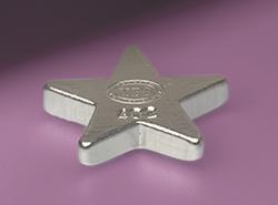 Der silberne 3D-Barren von YPS in Sternform, perspektivisch auf einem glänzenden violetten Untergrund