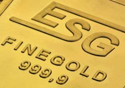 Closeup eines geprägten ESG Goldbarren mit Fokus auf das Logo und den Feingoldgehalt