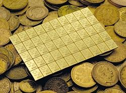 goldener CombiBar von Valcambi auf unterschiedlichen Münzen aus Gold