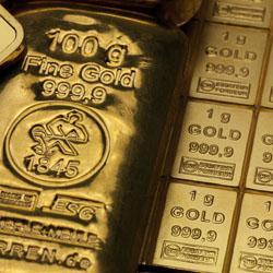 Goldbarren neben Goldtafel