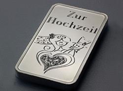 Gravierter Silberbarren mit einer Illustration eines glücklichen Brautpaars als Geschenk zu Hochzeit